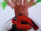 Créativité et liberté d'expression avec peinture sur les mains à l'atelier de peinture et dessin Entretoile à Marseille